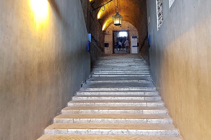 внутри бывшей гробницы адриана