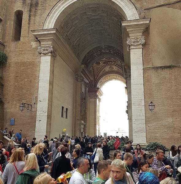 так выглядит арочный проход со сторон музеев ватикана