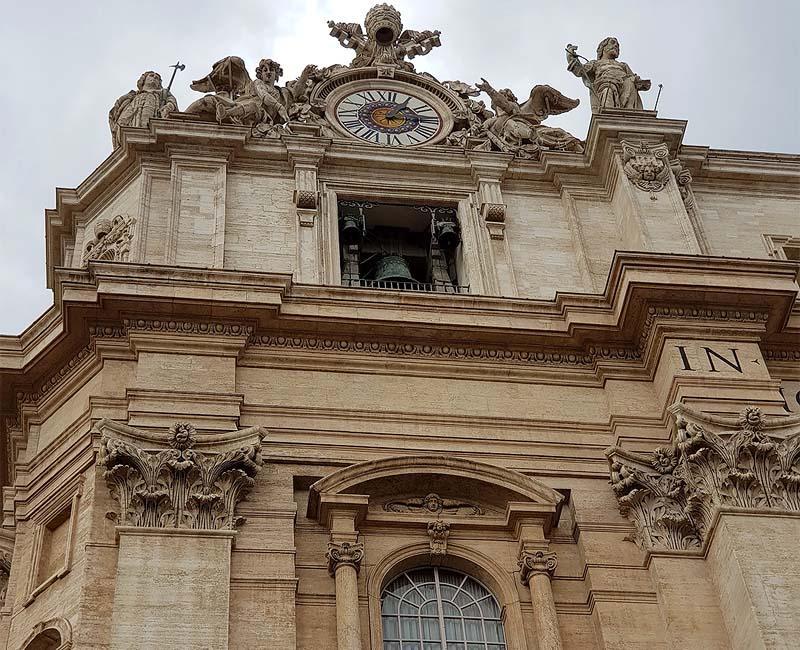 верх храма украсили часыверх базилики святого петра украсили часы