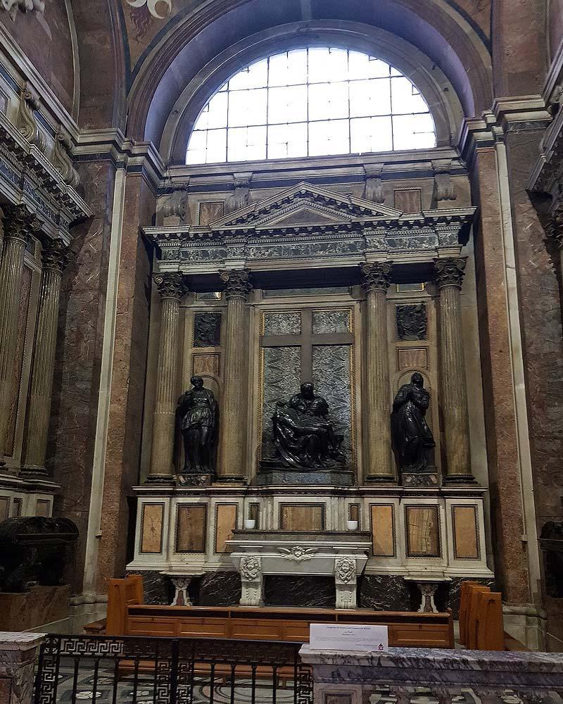 Капкапелла строцци с бронзовыми копиями работ микельанжело