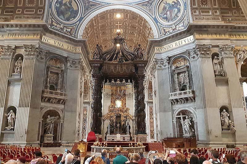 балдахин папский алтарь и окно центральной апсиды