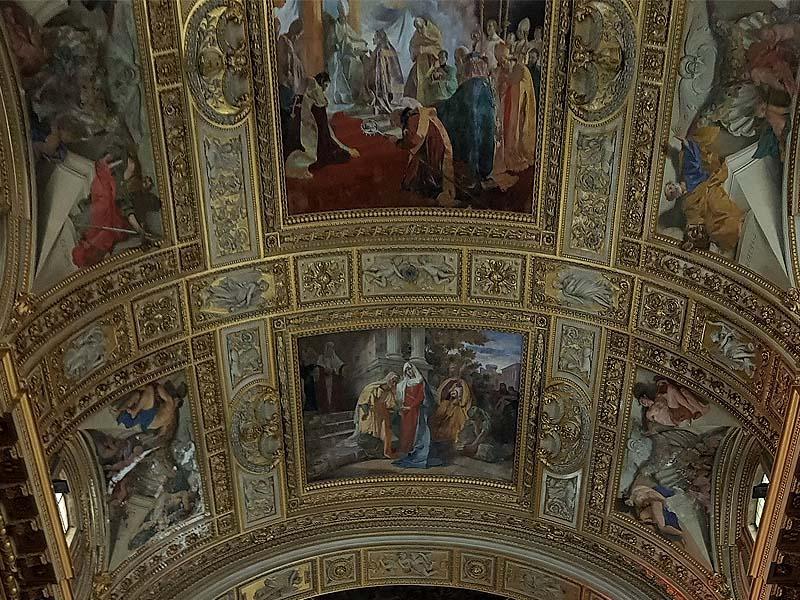 потолок декорирован лепниной и уснащен красивыми темперными росписями