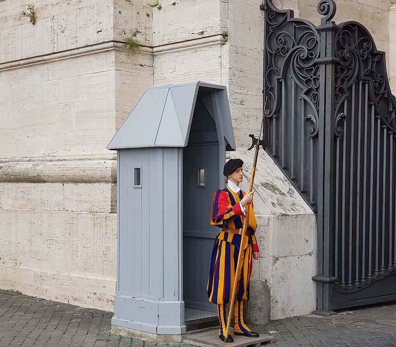 солдат швейцарской гвардии у собора святого петра в ватикане