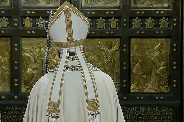 створки дверей собора святого петра в ватикане