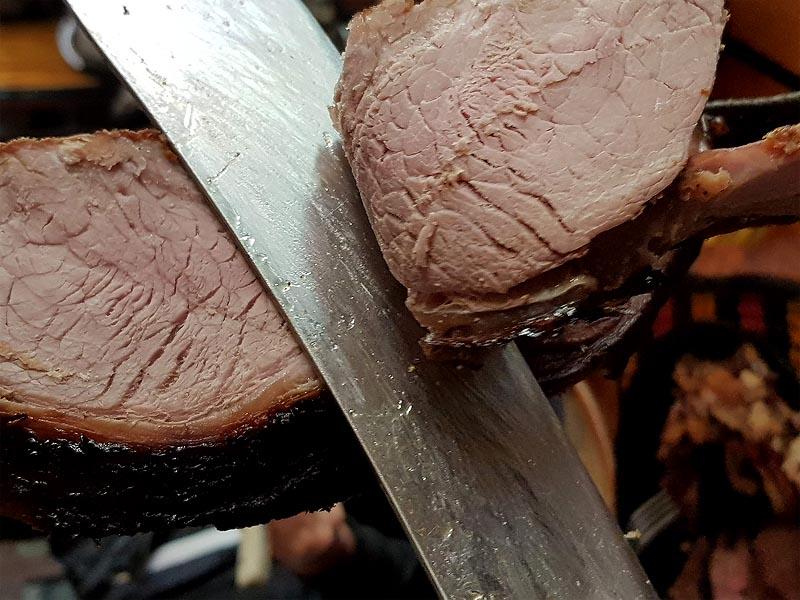 благоухающий ломоть мяса от золотисто коричневого кусища говядины