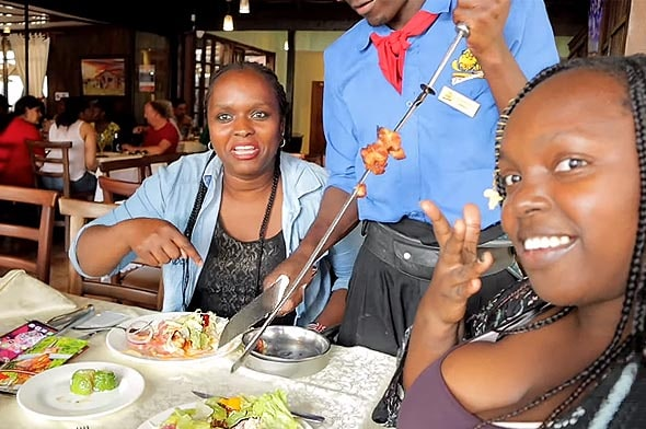 кенийские официанты очень похожи на бесстрашных южно американских ковбоев