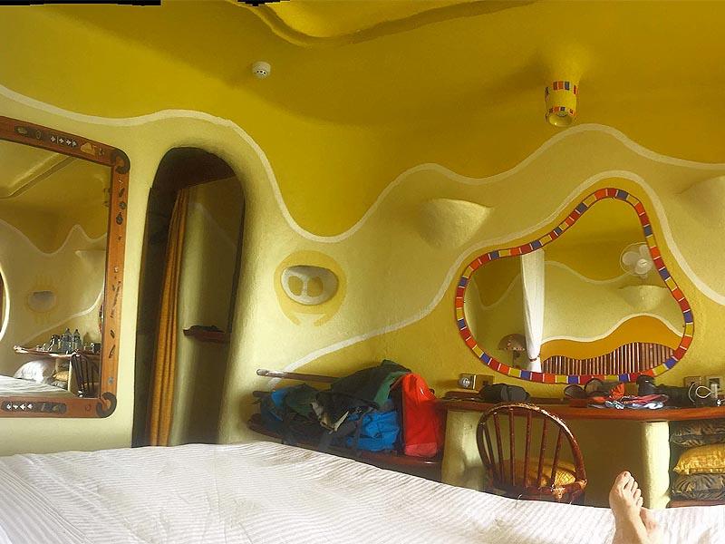 райский уголок с горячим душем свежими полотенцами и удобной кроватью