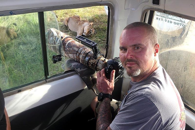 саня щелкает фотоаппаратом а львы даже не смотрят в нашу сторону