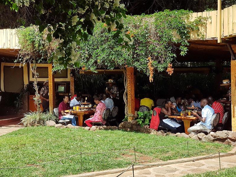 в цветущем дворике карнивора можно заметить кенийцев вперемешку с туристами
