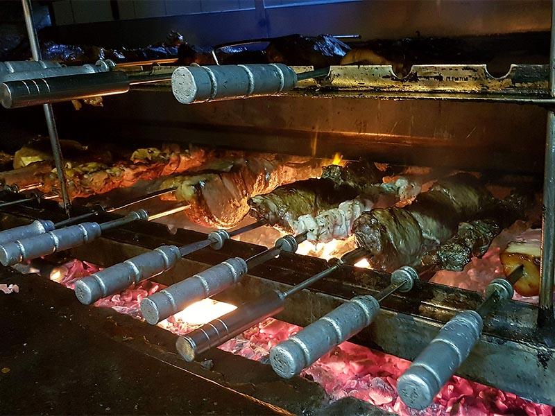 в процессе приготовления мяса в чураскарии