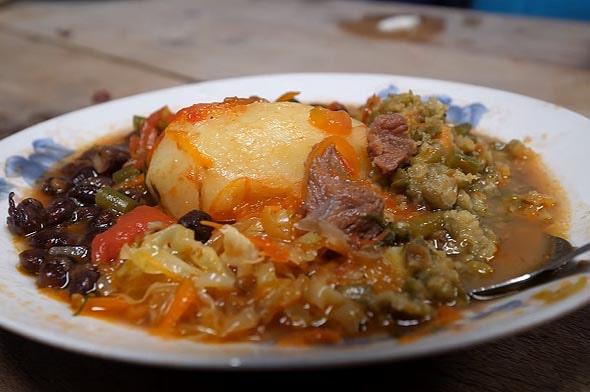 кенийская еда не только вкусная и сытная но и на тарелке выглядит превосходно