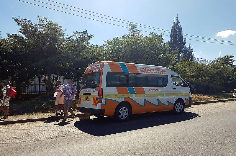 яркие и вездесущие микроавтобусы матату