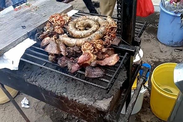мутура рубленая колбаса поджаривается на гриле