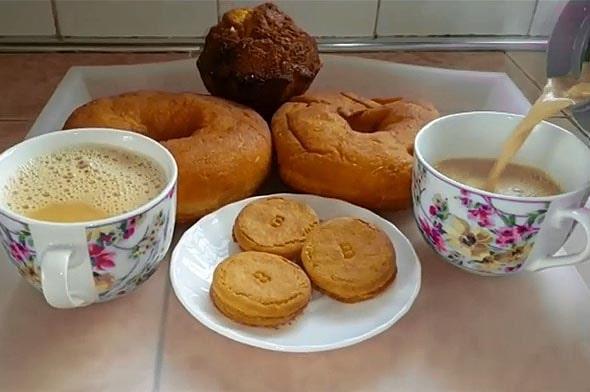на завтрак к чаю полагается лепешка чапати или пончик мандази