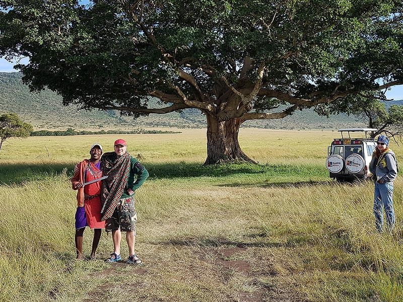 наш рейнджер как и многие из сотрудников парка масаи из окрестных деревень