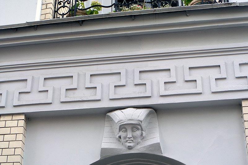 бесстрастный египтянин над входной дверью