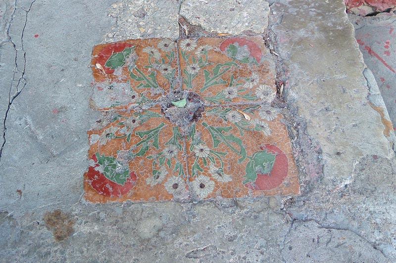 на крыльце сохранился небольшой фрагмент керамических плиток