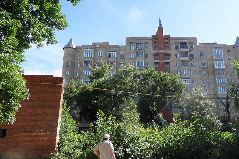 на освободившемся месте красуются многоэтажки