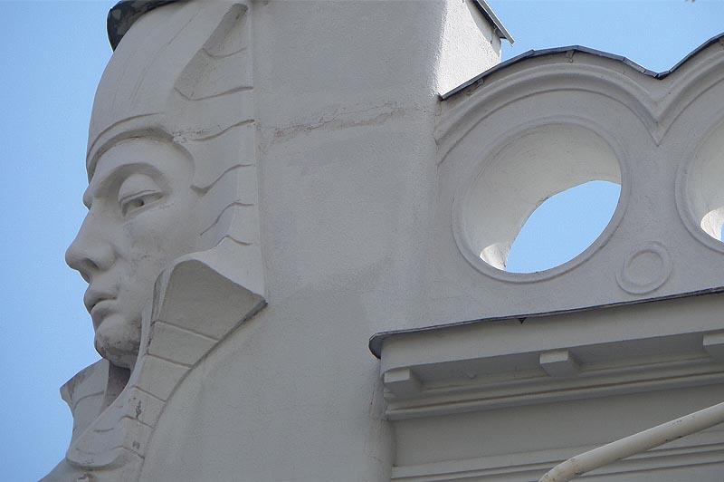 надменный взгляд сфинкса с углового фасада