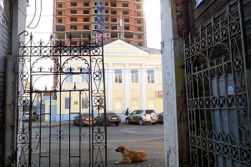 гигантский объект по соседству с памятником архитектуры