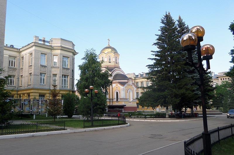 зелено уютно и спокойно в университетском городке сгу